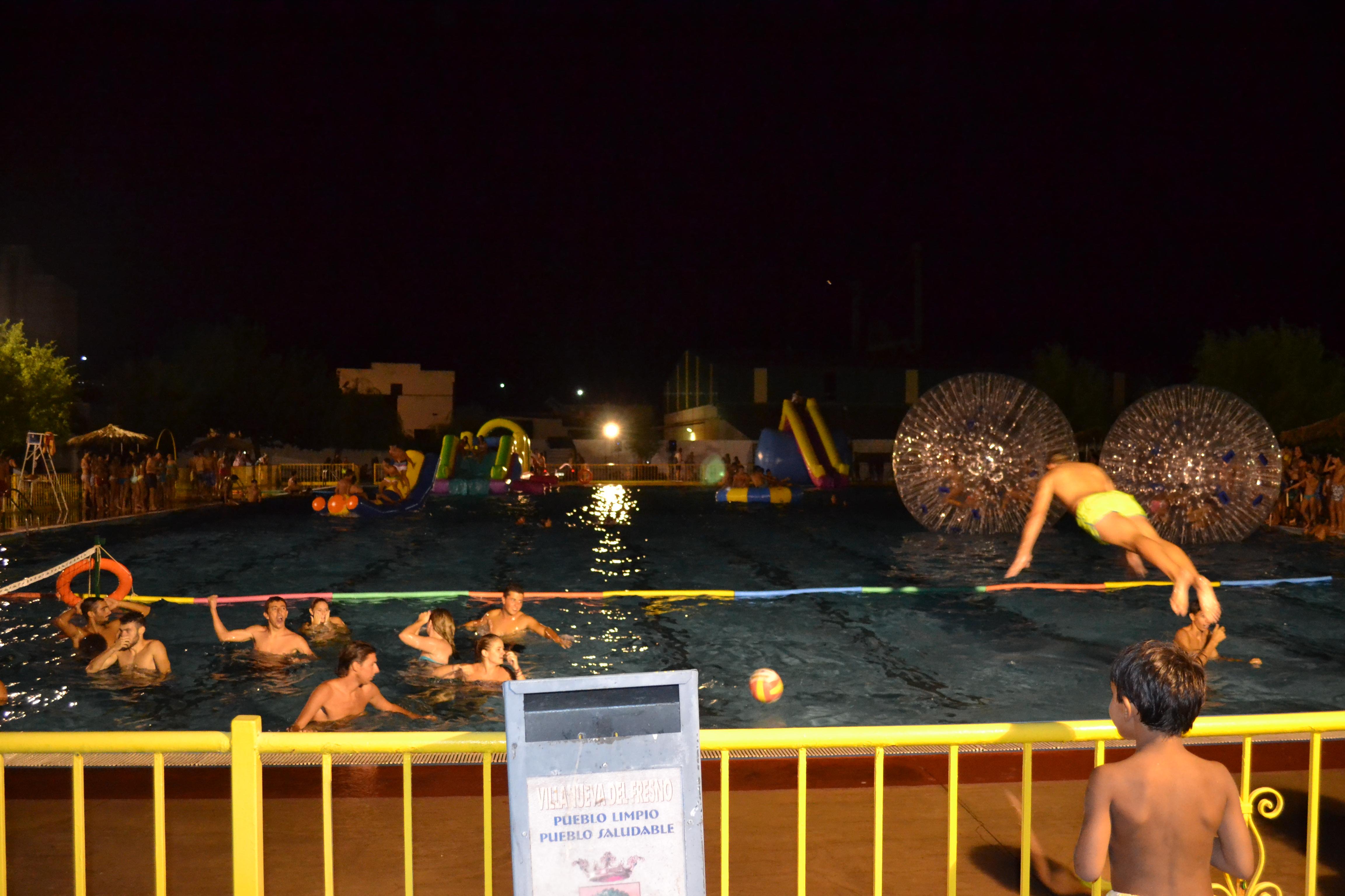 La piscina municipal se llena de ba istas en la fiesta for Piscina la almudena
